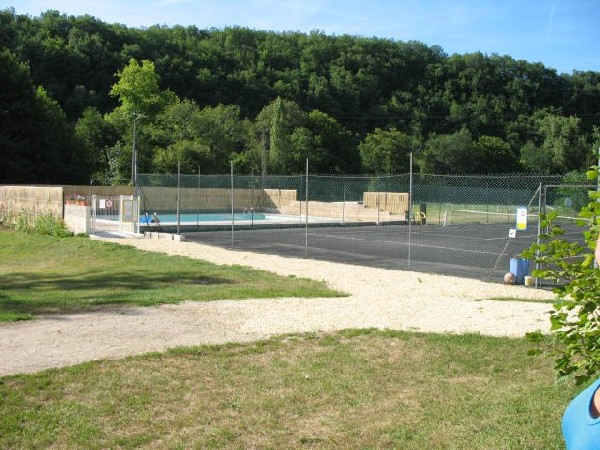 le tennis: raquettes et balles &agrave; disposition &agrave; l&#039;accueil<br /> vous trouverez aussi l&#039;espace ping pong et la p&eacute;tanque